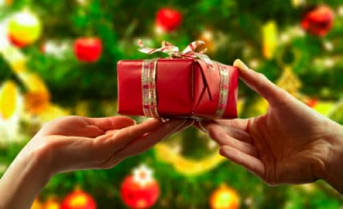 Gift giving etiquette helpful guidelines for the holiday season gift giving etiquette helpful guidelines for the holiday season mommyish negle Images