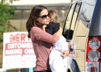 Jennifer Garner Praised For Simultaneously Holding Daughter And Handbag. Moms Say 'Big Woop'