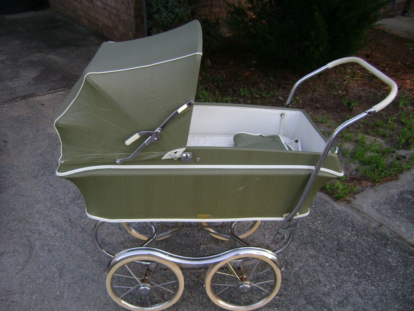 10 Vintage Strollers That Will Haunt Your Dreams