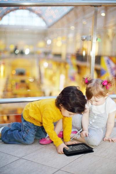 kids in store with tablet