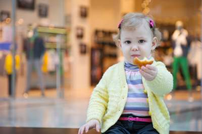 toddler snacking in public