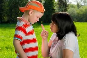 mom-discipline-kid-park