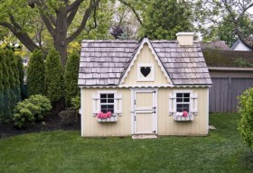 playhouse-in-back-yard