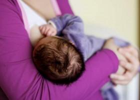 mom-breastfeeding-baby-discreetly