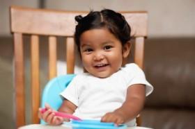 toddler-girl-eating